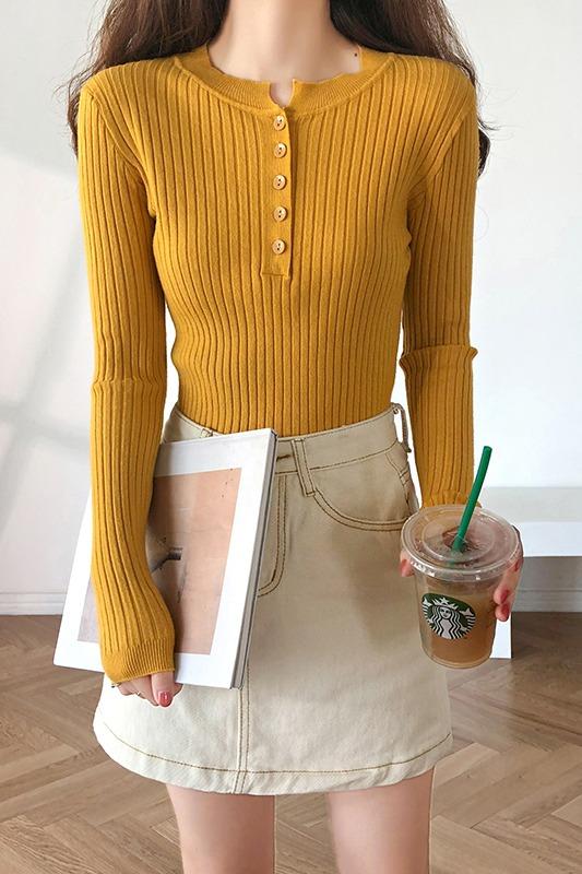 实拍2019春季新款低圆领漏锁骨针织打底衫修身短款薄毛衣纽扣上衣